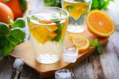 Alkoholfreies Getränk des kalten Sommers mit Orange und Basilikum Stockfoto