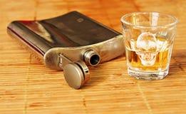 Alkoholgetränk mit Stahlflasche Stockfotografie
