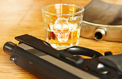 Alkoholgetränk mit Stahlflasche Stockbild