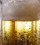 Alkoholgetränkbier auf Makrobild mit Scheinen und Schaum Lizenzfreie Stockfotografie