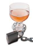 Alkoholglas und Metallkette Lizenzfreie Stockfotografie