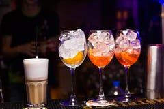 Alkoholiczka barwioni koktajle fotografia royalty free