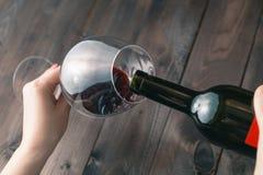 Alkoholiczna kobieta nalewa wino Obrazy Stock