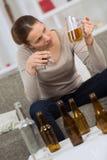 Alkoholiczna kobieta trzyma pół kwarty samochodu i piwa klucze Obrazy Royalty Free