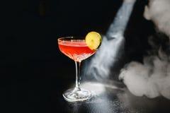 Alkoholiczna koktajl charcica z ajerówką, ajerkoniakiem, grapefruitowym sokiem i lodem, czarny tło, wszystko w dymu, garnirującym zdjęcia stock