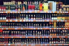 Alkoholiczni napoje na półkach supermarket Obrazy Stock
