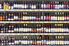 Alkoholiczni napoje w sklepie zdjęcie royalty free