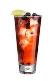 Alkoholiczny koktajl z jagodami i lodem Silny alkoholiczny napój na białym tle Obraz Stock