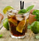 Alkoholiczny koktajl z wapnem obrazy royalty free