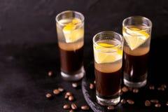 Alkoholiczny koktajlu srebra pocisk z dżinem, kawowym ajerkoniakiem i le, fotografia stock