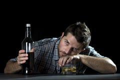 Alkoholiczny nałogowa mężczyzna pijący z whisky szkłem w alkoholizmu pojęciu obrazy stock