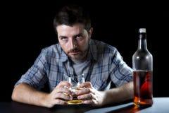 Alkoholiczny nałogowa mężczyzna pijący z whisky szkłem w alkoholizmu pojęciu obrazy royalty free