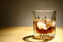 Alkoholiczny napój w szkle z lodem Fotografia Stock