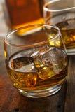 Alkoholiczny whisky bourbon w szkle z lodem zdjęcie royalty free