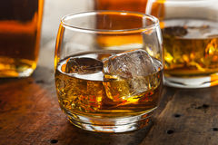 Alkoholiczny whisky bourbon w szkle z lodem Fotografia Royalty Free
