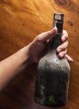 Alkoholiker, alte Flasche in der Hand Lizenzfreies Stockbild