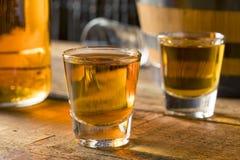 Alkoholiker-Brown-Rum in einem Schnapsglas lizenzfreies stockfoto