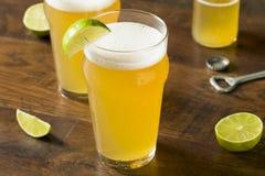 Alkoholiker, der mexikanisches Bier mit Kalk erneuert Stockfoto