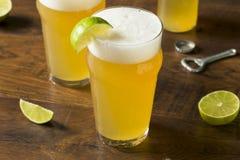 Alkoholiker, der mexikanisches Bier mit Kalk erneuert Lizenzfreie Stockfotografie