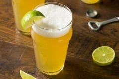 Alkoholiker, der mexikanisches Bier mit Kalk erneuert lizenzfreies stockfoto