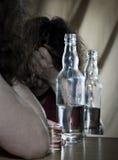 Alkoholiker, der zum Spiegel trinkt Stockfotos