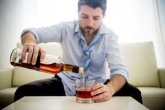 Alkoholiker getrunkener Geschäftsmann in der losen Zeit auf trinkendem Whisky der Couch Stockbild