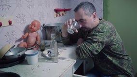 Alkoholiker gießt und trinkt Wodka stock footage