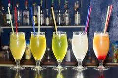 Alkoholische Cocktail-Getränke auf einer Bar lizenzfreie stockfotografie