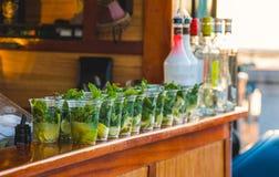 Alkoholische Getränke ausgerichtet auf einer Stange Lizenzfreies Stockbild