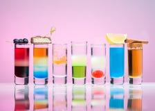 Alkoholische Getränke in den Schnapsgläsern stockfotografie