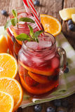 Alkoholischer Fruchtcocktail mit dem Eis und Minze nah oben in einem Glas J Stockfoto