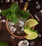 Alkoholisches Cocktail berühmten Moskau-Maultiers in den kupfernen Bechern stockfotos