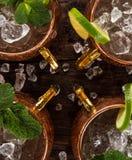 Alkoholisches Cocktail berühmten Moskau-Maultiers in den kupfernen Bechern stockbild