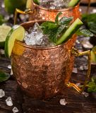 Alkoholisches Cocktail berühmten Moskau-Maultiers in den kupfernen Bechern lizenzfreies stockbild