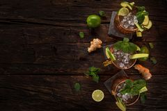 Alkoholisches Cocktail berühmten Moskau-Maultiers in den kupfernen Bechern lizenzfreie stockbilder