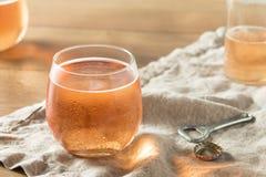 Alkoholisches Funkeln Rose Cider lizenzfreie stockfotos