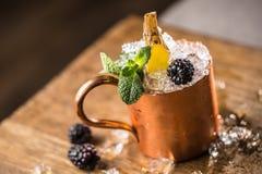 Alkoholisches Getränk des Moskau-Maultiercocktails auf Barzähler in der Kneipe oder im Re Lizenzfreies Stockfoto