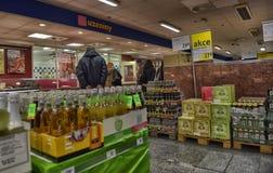 Alkoholisches Getränk in einem Supermarkt Stockbilder