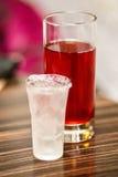 Alkoholisches Getränk mit Fruchtgetränk Stockfoto
