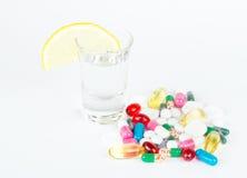 Alkoholisches Getränk mit Medizin auf Weiß Lizenzfreie Stockfotos
