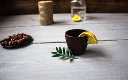 Alkoholisches Getränk mit Zitrone und Minze Lizenzfreies Stockfoto