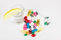 Alkoholisches Getränk und medicals auf Weiß Lizenzfreies Stockbild