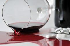 Alkoholisches Getränk und Pillen Stockfotos