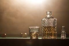 Alkoholisches Getränk und Rauchen stockfotos