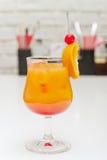 alkoholiserad Cherrycoctailtabell royaltyfria foton