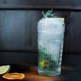 Alkoholiserad coctail för smaklig söt mojito med uppiggningsmedel och med vodka med stycken av is med skivor av frukt och den nya fotografering för bildbyråer