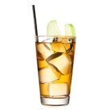 Alkoholiserad coctail med äppelmust som isoleras på vit bakgrund arkivbilder