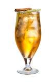 Alkoholiserad coctail med äpplet och kanel Uppfriskande coctail på vit bakgrund Royaltyfri Fotografi