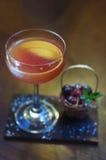 Alkoholiserad coctail med körsbäret på stången Royaltyfri Fotografi