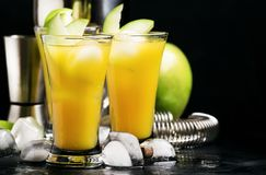 Alkoholiserad coctail med vermut, det gröna äpplet, fruktsaft, sodavatten och is, svart bakgrund, selektiv fokus arkivbilder